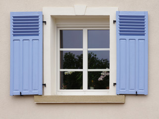 Modernisiertes Fenster mit Klappladen