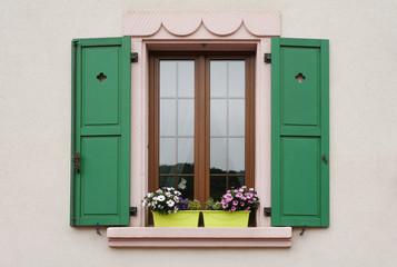Renoviertes Fenster mit Klappladen in Lothringen