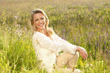 Hübsche Frau glücklich in einer Sommerwiese