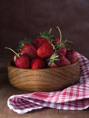 Frisch gepflückte Erdbeeren in einer Schale.