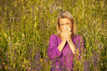 Frau in der Wiese mit Pollenallergie