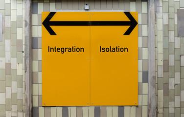 Wegweiser Schild- Integration/Isolation