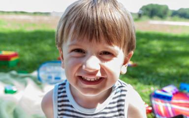 Lächelnder Junge auf der Wiese