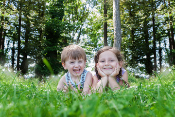 Freudige Kinder liegen auf Wiese