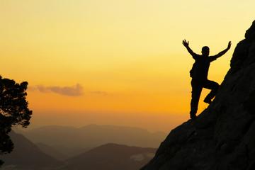 cesur dağcı günbatımında zirveye  doğru
