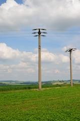 Strommasten in Hügellandschaft