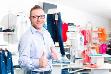 Mann kauft Blue Jeans im Laden