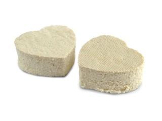 Tofu Soja Hintergrund weiß mit Herz isoliert
