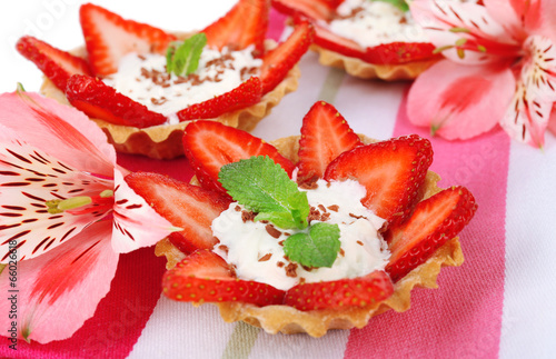 In de dag Art Studio Tasty tartlets with strawberries on table close-up