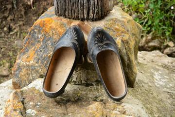 zapatos de madera tipicos y artesanales , madreñas