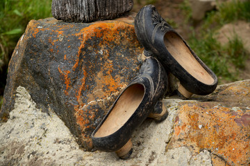 zapatos tipicos artesanales de madera, madreñas