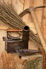 herramientas y plancha antigua metalica