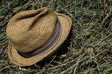 Rest in the hay, peace in the meadow, pause, hat