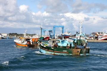 chalutiers dans le port de pêche du guilvinec,bretagne