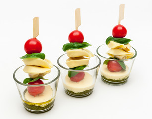 Tortellini-Spieße im Glas