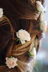 acconciatura con fiori