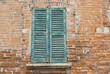 Facciata muro di mattoni e persiane, vecchia casa - 66047856