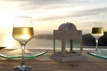 Weingläser im Sonnenuntergang