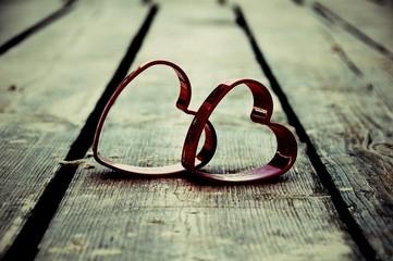 zwei Herzen auf Holzsteg