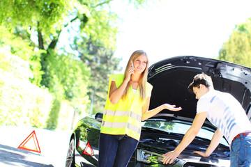 junges Paar hat eine Autopanne