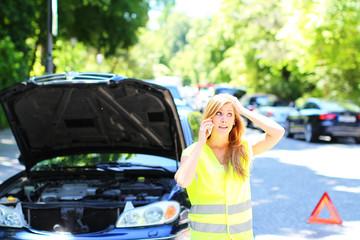 junge Frau hat eine Autopanne
