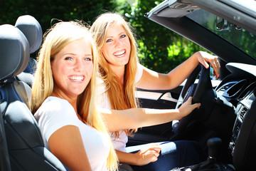 junge Frauen fahren Cabrio