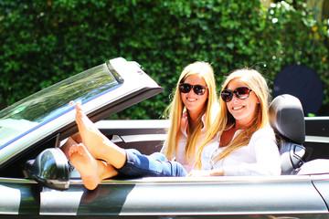 junge Frauen entspannen im Cabrio