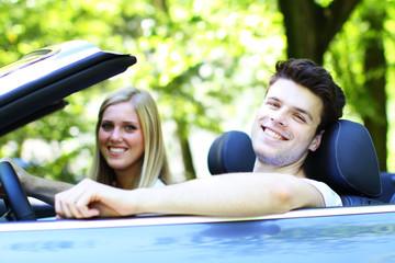 junges Paar fährt Cabrio