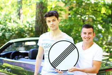 junge Männer mit Verkehrszeichen