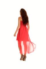 Rotes Kleid weht im Wind