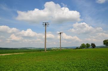 Strommasten in Naturlandschaft