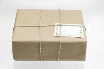Paket mit braunem Packpapier