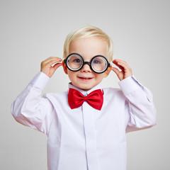 Lachendes Kind mit Kinderbrille