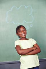 Lachendes Kind mit Gedankenblase