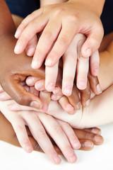 Viele Hände als Symbol für Zusammenarbeit
