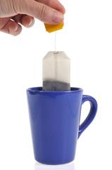 Mettre un sachet de thé à infuser