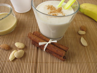Milchshake mit Banane und Mandelmus