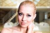 junge attraktive Frau vor Wohnzimmer-Hintergrund