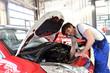 KFZ repariert auto in Werkstatt // succesfull workman
