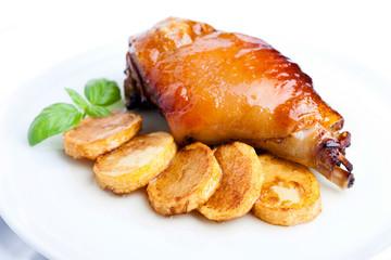 Codillo al horno con patatas