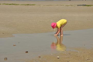 Bei Ebbe ein Mädchen spielt  am Meer