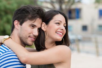glückliches paar umarmt sich in der stadt