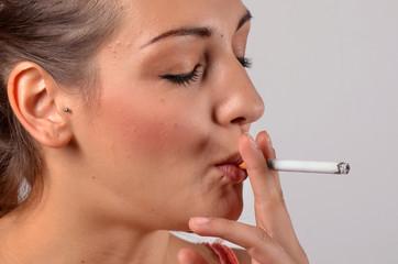 frau beim rauchen