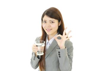 水分補給をする女性