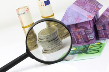 Maison en billet euros et dépenses à la loupe