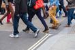Menschenmenge überquert eine Straße