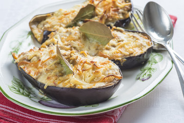 Berenjenas rellenas de carne y bechamel y gratinadas con queso