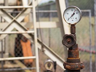 Erdölförderung - stillgelegte Anlage - Manometer
