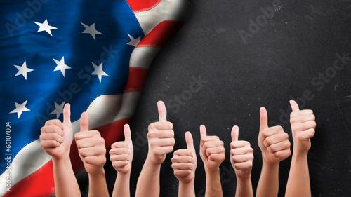 Daumen-Hoch-Gesten vor USA-Fahne