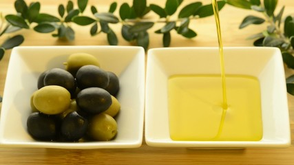 Olivenöl läuft in eine Schale